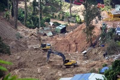 神手在现场挖掘泥土,以寻找最后一个货柜箱下落。