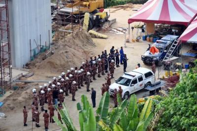 搜救队列队准备展开第四天的搜救行动。