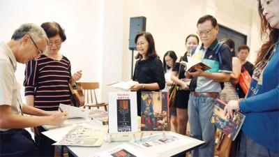 赖老师面带笑容地为读者们献上亲笔签名。