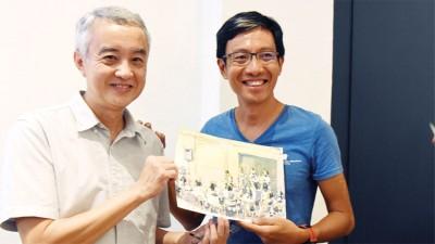 梅志雄先生(右)现场即兴素描送予赖国芳老师。