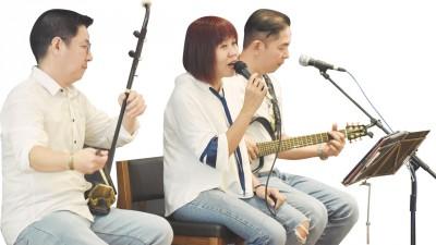 槟城创作工作坊二胡手陈炎章(左)、歌手郭芝玲(中)及游子吟歌手罗子申(右)现场为大家送上多首经典曲目,频频引起大合唱。