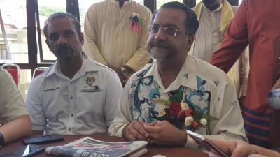 佳日星(右)指示槟岛市长尤端祥于周一上呈完整土崩报告,左为武吉牛汝莪国会议员蓝卡巴。