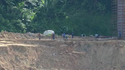 现场土质曾出现一些移动,拯救队展开搜寻行动步步为营。