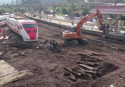 台铁工程人员忙于重新铺设轨道。(中央社照片)