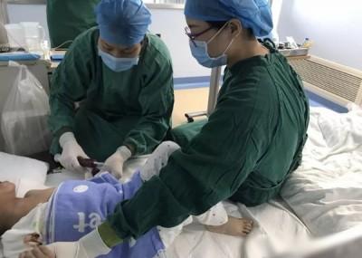 医生将脐带血输入到晨晨体内。