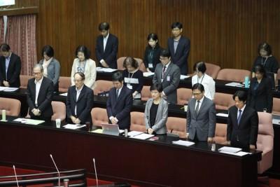 赖清德(前右)赴立法院院会列席备询,在会议开始前与官员一同为伤亡者默哀一分钟。(中央社照片)