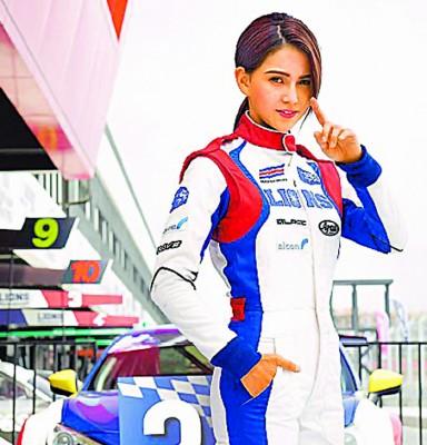 昆凌拍新片《叱咤风云》扮赛车手飙速。