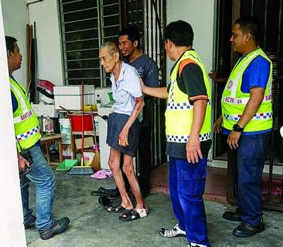 巡逻队队员与其他义务团体配合,协助有需要的居民。