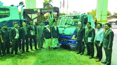 威省市政局添购拖车设备,罗查理(右4)指未来执法行动将更严厉。