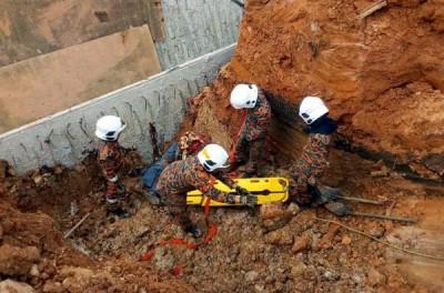 消拯员将死者的遗体移出。