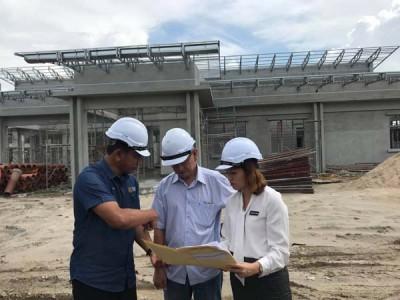 张念群在扎查尤丁及查米尔陪同下,巡视甲抛峇底柏淡太子城的新学校。