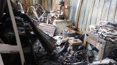 厂内的机械全部烧得只剩下铁架。