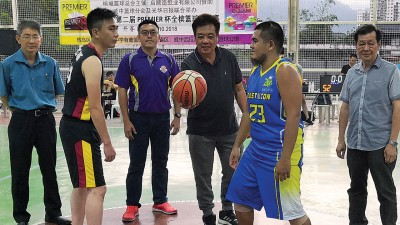 黄坤荣主持开球仪式,邱智坚、李林享、涂綵甡陪同。