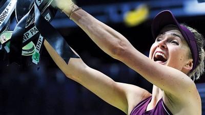 斯维托丽娜喜捧总决赛冠军杯。