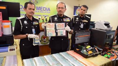 慕斯达法(中)展示起获的护照。左起为弗兹和哈密。
