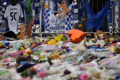 """球迷们以球场外边献上鲜花、围巾和规范等纪念品,据此行动向""""排斯特奇迹""""的创建人致以深深的崇敬。"""