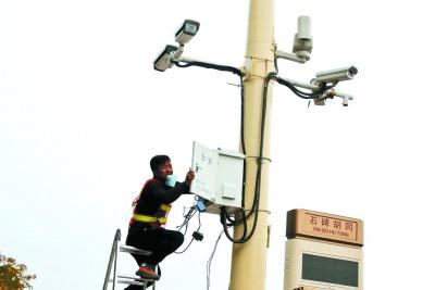 """""""天网""""人脸识别系统遍布中国16个省市的大街小张学友如何变逃犯克星巷各个角落。"""