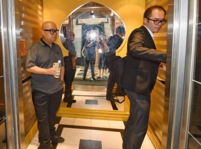 李明錠(左)由代表律师张镇杨陪同抵达法庭,目无表情。