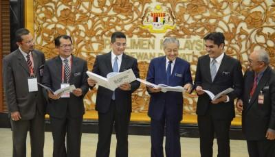 马哈迪(左4)同阿兹敏阿里(左3打)、莫哈最终拉兹当人口,欢欢喜喜地看第11大马中期检讨计划报告。