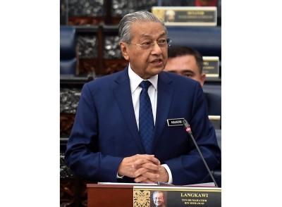 首相敦马哈迪在下议院提呈第11大马计划中期检讨报告。
