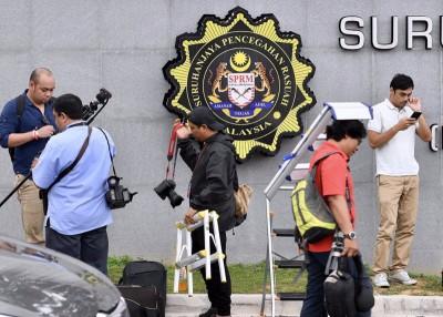反贪会消息指纳吉今早9时许到反贪会总部录供逾4小时后离开。(档案照)