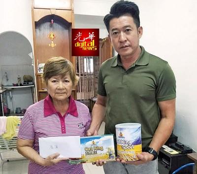 浩洋行政董事郭介民(右)抛砖引玉移交义款予林瑞音,望有更多善长仁翁慷慨解囊。