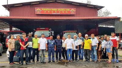 """魏晓隆(左10)宣布""""武吉丁雅水灾救灾行动小组""""正式成立,并将总行动室设于柔府自愿消防队会所。左12为郭国明。"""