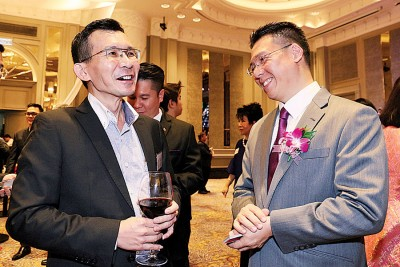 国会下议员副议长倪可敏也出席双十节晚宴,与吴义民交谈甚欢。