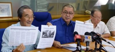 叶炳汉(左)要求廖中莱向党员说明马华大厦改建70层大厦建案。左2起汤木和林春锦。