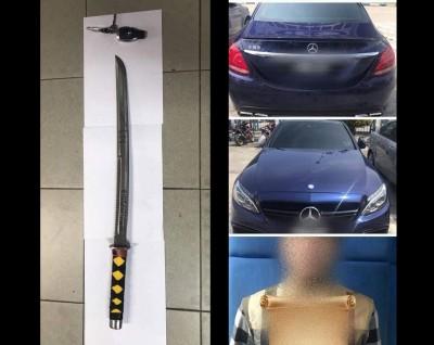 (左)警方逮捕路霸时,起获一把武士刀。(右)图为路霸与其涉案时所驾的马赛地。