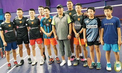 八打灵羽球俱乐部分享李永波(右5)与部分青少年球员及教练的合影。