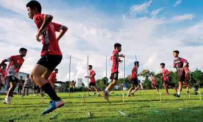 """泰国""""野猪""""少年足球队球员7月在清莱展开获救后的首次集训。(档案图)"""