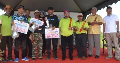 慕加希(右4)及嘉宾们颁奖予钓鱼赛冠亚季军得主。