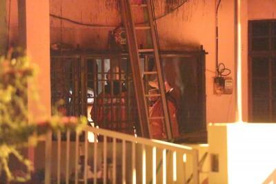 消拯人员进入失火的住屋时,在屋内发现一具焦尸。