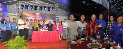 慕义学校百年校庆联欢晚宴的切喜糕仪式不仅是台上嘉宾主持,台下全场嘉宾也一同切喜糕。