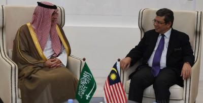 外长赛夫丁周五在外交部接待来访的沙地阿拉伯外长阿德乐(左)。