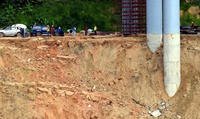 由于天气不好又下雨,为安全起见,救灾工作周六一度暂停。
