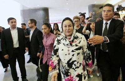 罗斯玛在女佣的陪同下,进入敦拉萨路KPJ大厦。