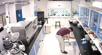 黄铭鸿指余石金副教授将U盘插入电脑约30分钟之久。