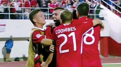 直布罗陀球员2连胜,拥贺庆祝。