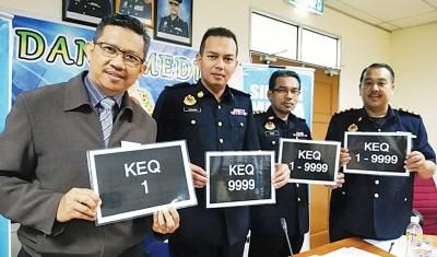 """依斯马苏海米(左)展示公开竞标的""""KEQ""""车牌。"""