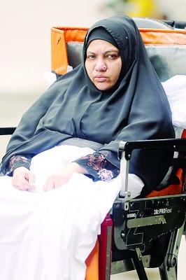 被告阿妮达投诉头晕,由救护员推她出去,坐救护车去医院。