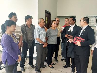 柚农们以法庭外听取张志坚(右起)同代表律师申温教授高庭裁决。