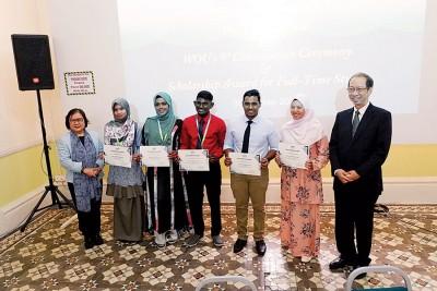 祖莱妮(左)及许子根(右)在颁奖礼后与宏愿基金会奖学金得奖者合影。左2起为海达、哈里马都沙迪亚、哈里哈然、北威南及西蒂卡蒂扎。