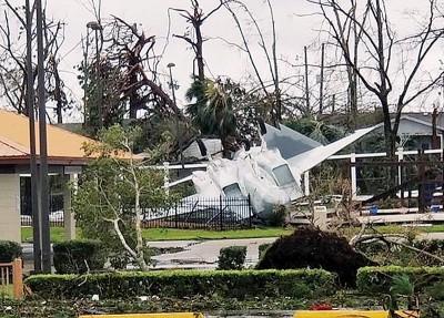 展之F-15战机被强风吹倒。