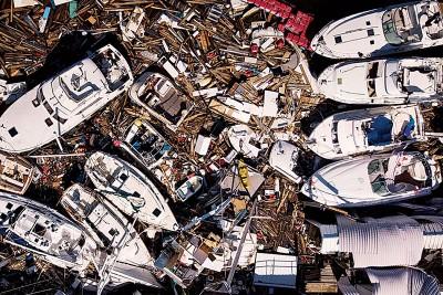 游艇有如废弃玩具般堆叠在灾区。(法新社照片)