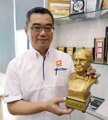 刘德福展示最具代表性的世界发明家奖。
