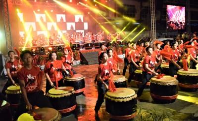 日新中小学百名鼓手压轴呈现《百年树人》。