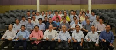 日新独中董事会召开紧急会议,前排左起叶锡培、陈睦来、庄佛和、郑奕南、陈行庆、黄维忠、张永生、马良生。