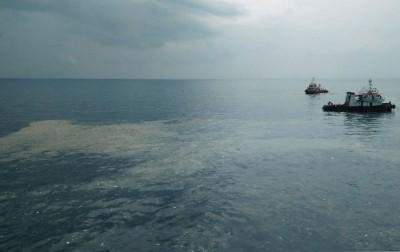 海面上漂浮着大片油污。(法新社照片)